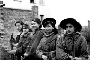 Mujeres en el frente de Madrid. La segunda por la derecha era conocida como Rosario